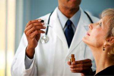 Afbeelding van arts die patient behandeld